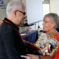 Joel Cortés, presidente la CP, agradeciendo a Gloria Castell su labor como miembro de la CP